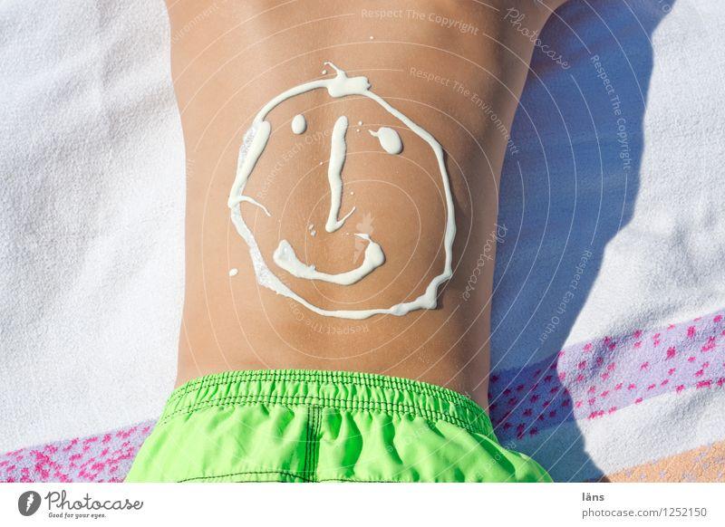 Ferienzeit Körperpflege Creme Zufriedenheit Erholung Ferien & Urlaub & Reisen Tourismus Ausflug Sommer Sommerurlaub Sonne Sonnenbad Strand Meer Mensch Junge