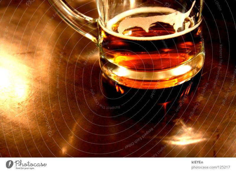 Der letzte Schluck Bier Schaum Tisch Holz Reflexion & Spiegelung Feierabend Erholung Alkohol Glas Haenkel Freude