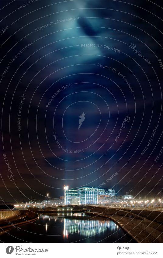 Nachtbahnhof Hauptbahnhof Bahnhof Eisenbahn Licht Lichtsäule Gebäude Fluss Reflexion & Spiegelung Gleise Schienenverkehr Bahnfahren Ankunft Langzeitbelichtung