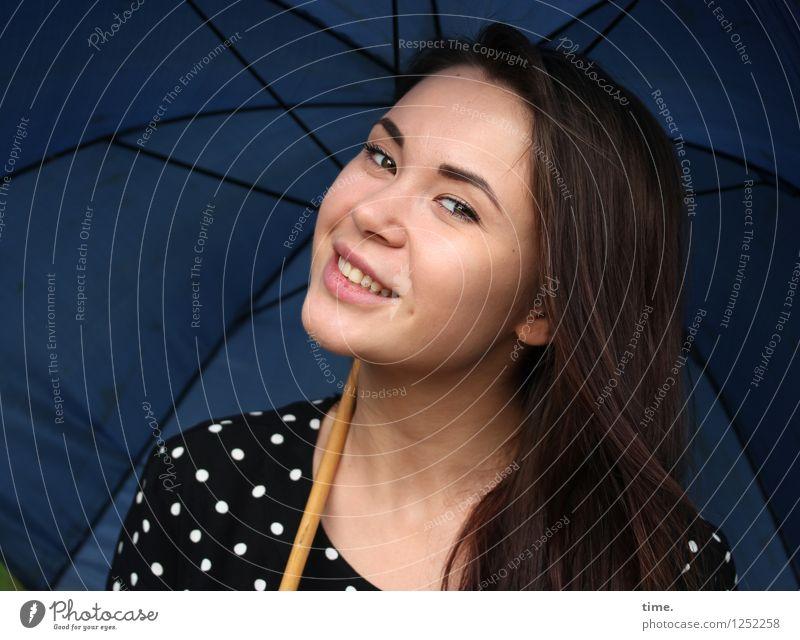 Yuliya feminin Frau Erwachsene 1 Mensch Kleid Regenschirm brünett langhaarig beobachten Erholung genießen Lächeln Blick listig schön Freude Fröhlichkeit