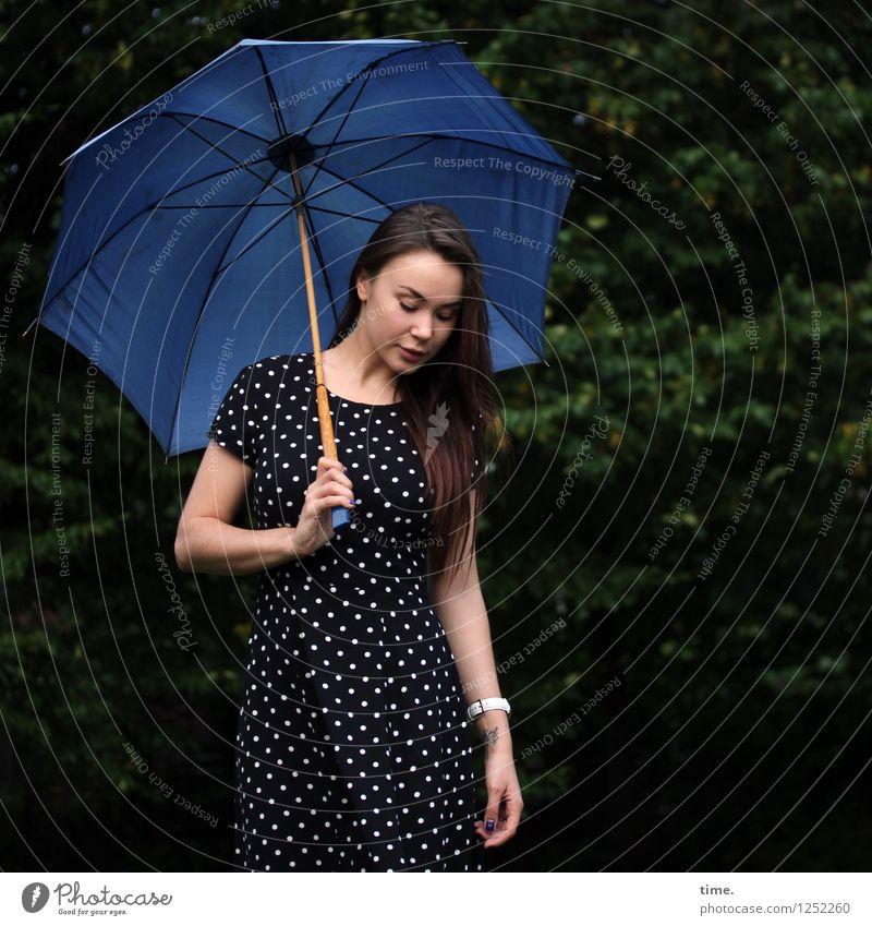 . Mensch Jugendliche schön Junge Frau Leben feminin Park Zufriedenheit stehen warten beobachten Neugier Kleid entdecken Überraschung Regenschirm