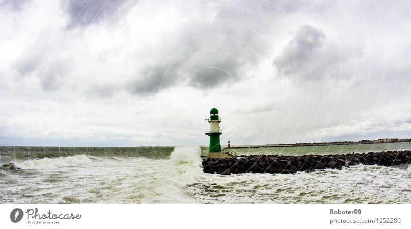 Einsamer Leuchturm Landschaft Luft Wasser Wolken Horizont Wind Sturm Wellen Küste Meer Energie Klima Farbfoto Außenaufnahme Tag Starke Tiefenschärfe Weitwinkel