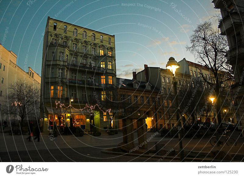 Toronto Stadt Haus Berlin Fenster Menschengruppe Beleuchtung Fassade Platz Häusliches Leben Gastronomie Café Verkehrswege Gesellschaft (Soziologie) Stadtzentrum