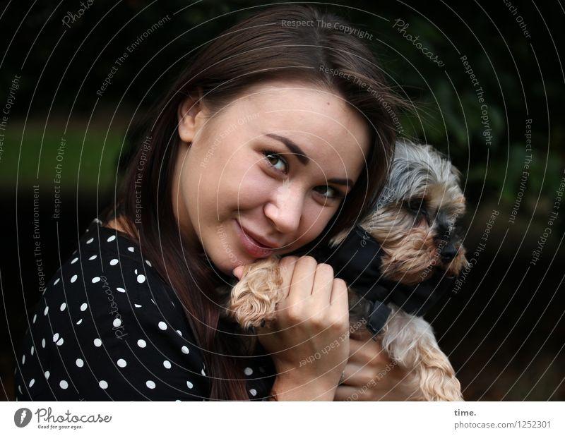 Yuliya feminin 1 Mensch Park Kleid brünett langhaarig Tier Hund festhalten Lächeln Blick schön Glück Zufriedenheit Leidenschaft Vertrauen Geborgenheit