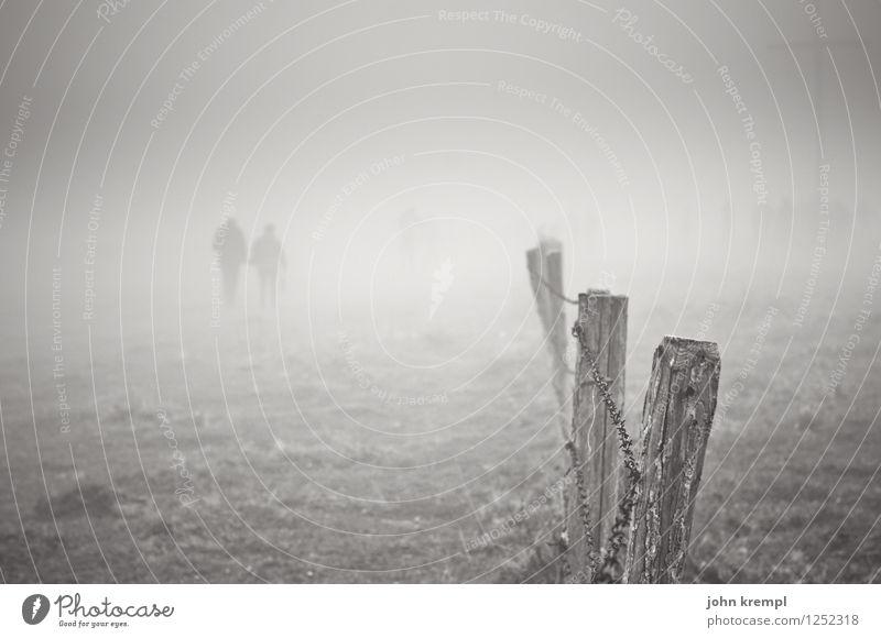 Wanderer zwischen den Welten Nebel Gipfel Zaunpfahl gehen dunkel Zusammensein trist grau Schutz Treue Romantik Mitgefühl Menschlichkeit Solidarität