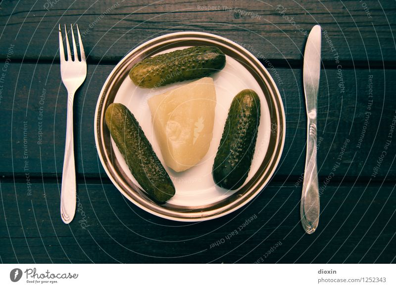 Spreedorado | Frühstück Lebensmittel Gemüse Gurke Gewürzgurke Senfgurke Ernährung Bioprodukte Vegetarische Ernährung Diät Geschirr Teller Besteck Messer Gabel