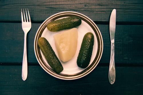 Spreedorado   Frühstück Lebensmittel Gemüse Gurke Gewürzgurke Senfgurke Ernährung Bioprodukte Vegetarische Ernährung Diät Geschirr Teller Besteck Messer Gabel