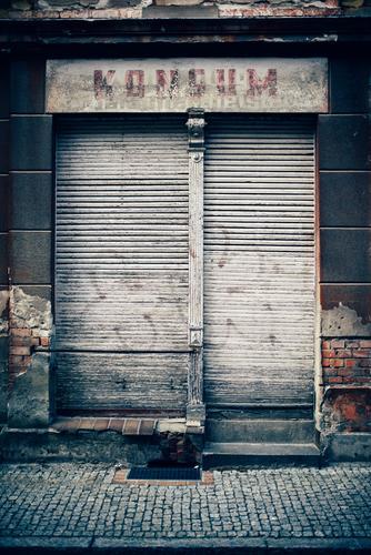 Spreedorado | Konsum Menschenleer Haus Gebäude Ladengeschäft Fassade Fenster Schaufenster Rollladen Rollo Firmenschilder alt authentisch dreckig trashig trist