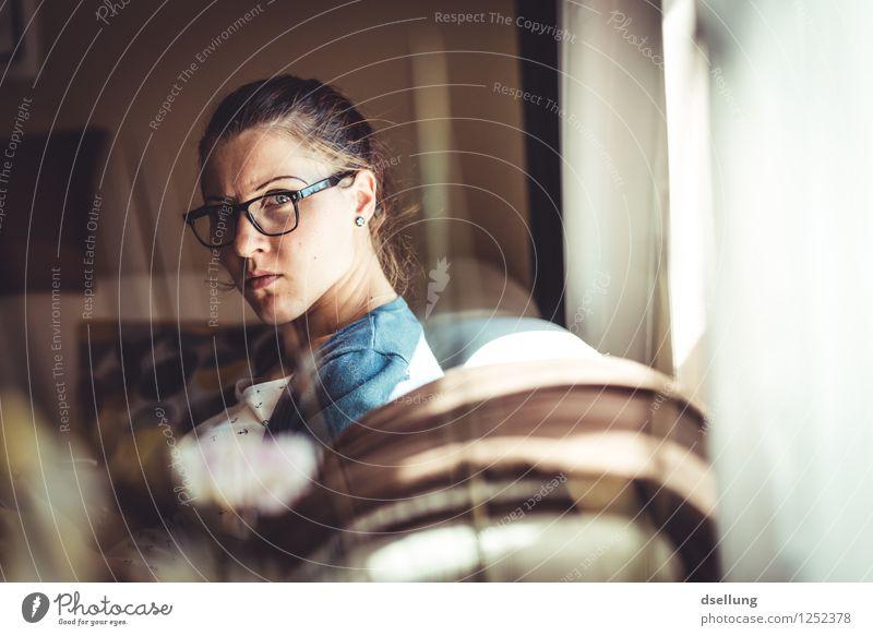 Starrer Blick einer Frau in einer Wohnung mit Sonneneinstrahlung Mensch feminin Junge Frau Jugendliche 1 18-30 Jahre Erwachsene beobachten außergewöhnlich