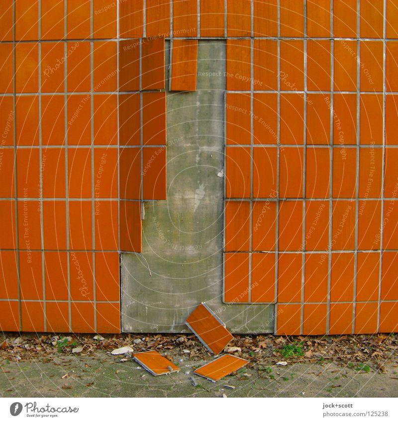 Plattenordnung (Ablösung) Wand Mauer Linie liegen Fassade orange dreckig offen Beginn kaputt Wandel & Veränderung Vergänglichkeit retro fallen Teile u. Stücke Fliesen u. Kacheln