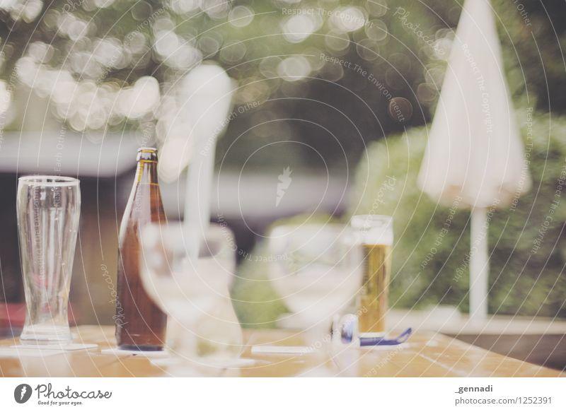 Biergarten Garten ruhig Getränk Glas Sonnenschirm Tisch gemütlich Außenaufnahme Vorfreude genießen Farbfoto Menschenleer Textfreiraum oben Tag Unschärfe