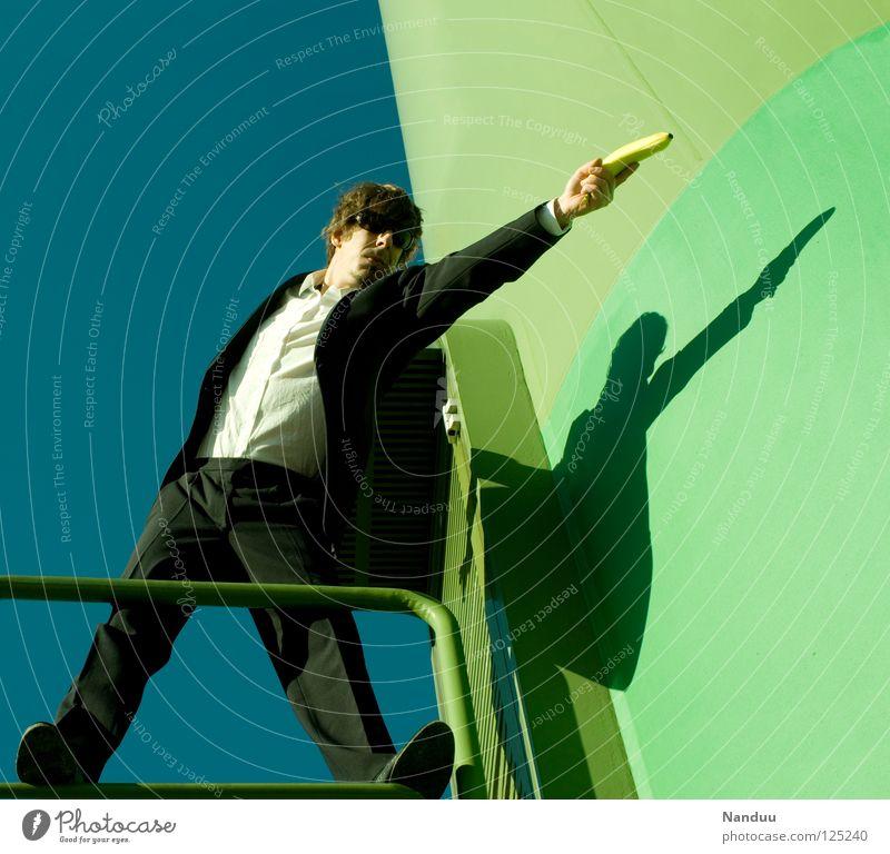 : R E L O A D E D : shot Mensch Mann grün Wand lustig Frucht verrückt maskulin Körperhaltung Turm Filmindustrie Medien Gewalt Theaterschauspiel Geländer Anzug