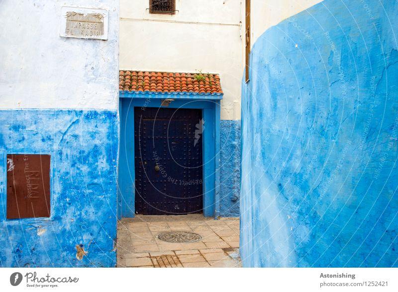 blaue Tür Rabat Marokko Afrika Stadt Hauptstadt Menschenleer Haus Tor Mauer Wand Fassade Fenster Straße Stein rot schwarz weiß Backstein Dach eng verwinkelt