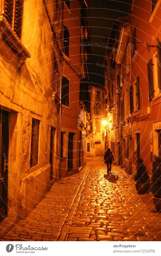 Alleine durch die Nacht Ferien & Urlaub & Reisen Haus Wand Architektur Gefühle Gebäude Mauer träumen orange Tourismus Ausflug bedrohlich Abenteuer Spaziergang