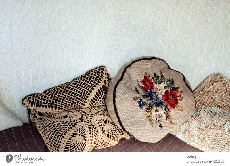 Kissenschlacht Erholung Lifestyle liegen Sofa Wohnzimmer gemütlich Poster Decke Kampfsport Samt Mittagsschlaf Stickereien