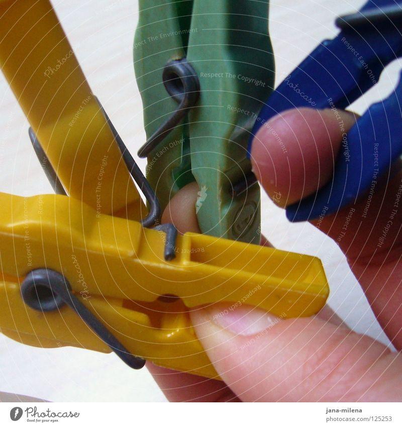 Au!! Hand blau grün weiß gelb Arbeit & Erwerbstätigkeit Angst Finger Schmerz Statue Handwerk Wäsche Panik Haushalt Klammer aufhängen