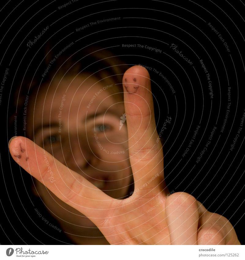 smiling smiley Frieden Hand Finger Daumen maskulin nackt Oberarm blond Unschärfe Smiley böse Fröhlichkeit Freude frienden friedenszeichen viktory gestreckt