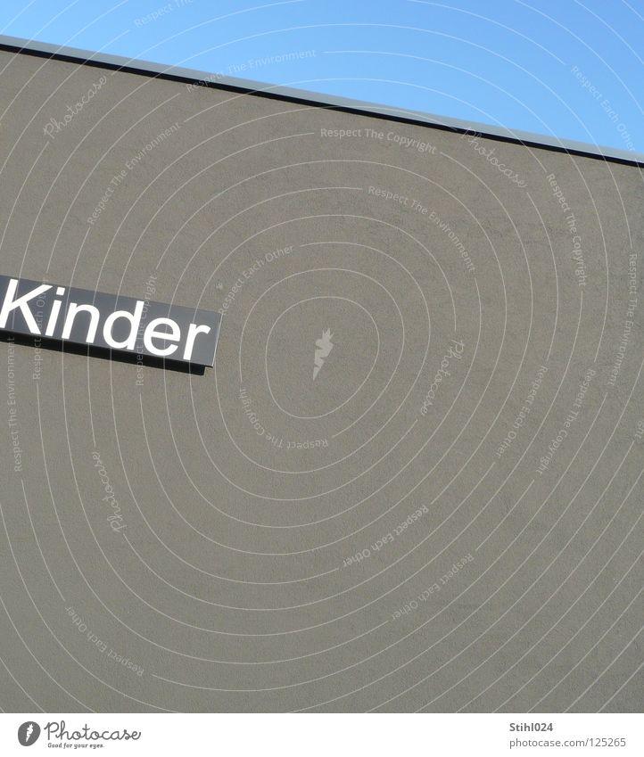 grau in grau Kind Fassade grauenvoll Ecke diagonal Spielplatz Kindergarten Kaufhaus Vorschule Langeweile Aktion auslaufen toben Spielen Buchstaben