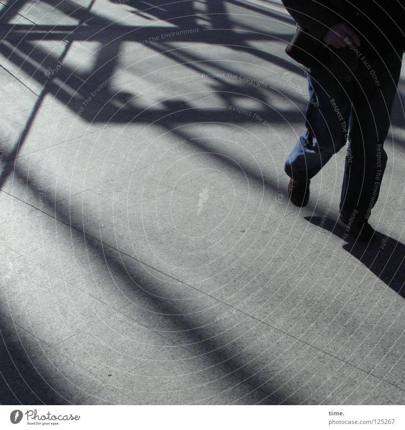 Walkin' The Hall (II) Mann Einsamkeit dunkel grau hell Stimmung gehen laufen warten maskulin Schilder & Markierungen Idee Flüssigkeit schreien Verkehrswege