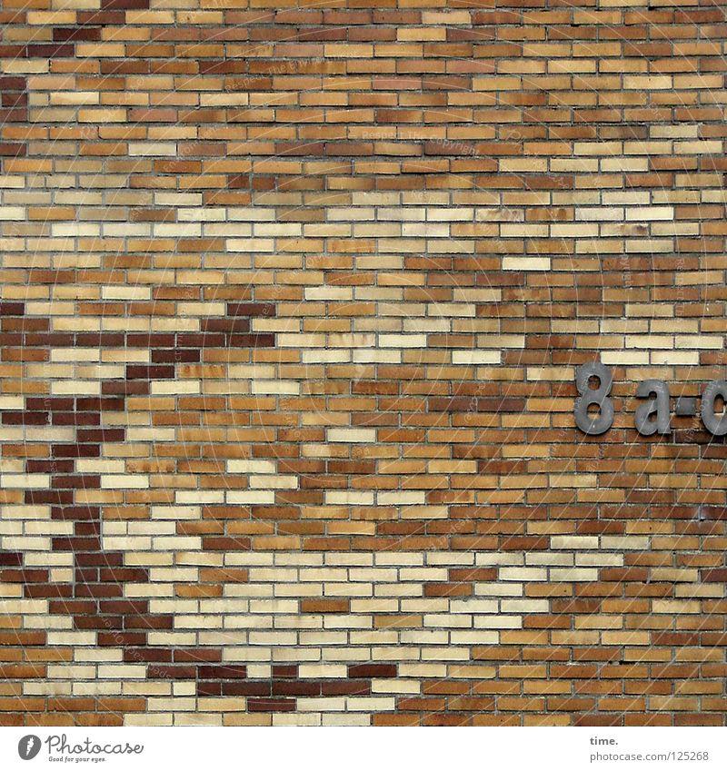 Architektenlaune Mauer Wand Backstein Hausnummer blond Mosaik rot Mörtel Sechziger Jahre Detailaufnahme Ziffern & Zahlen Stein Strukturen & Formen Bild hell