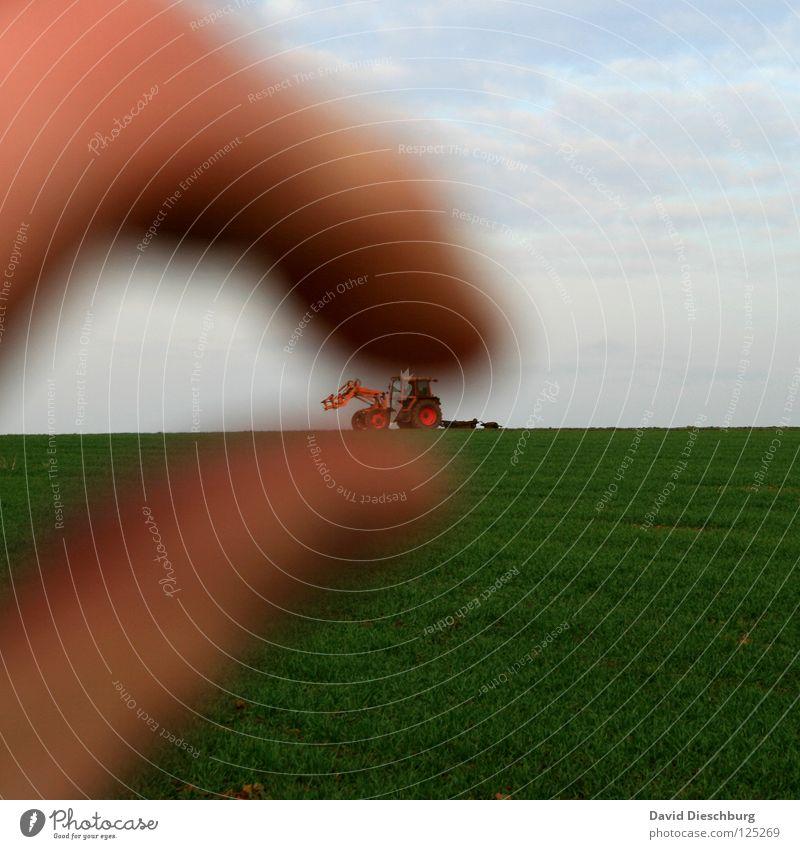 Toys for Gorzilla Traktor Feld Wiese Wolken Finger Landwirtschaft pflügen Pflug Fahrzeug Wagen Maschine Hand Daumen rot grün Spielzeug King Kong Weizen Roggen