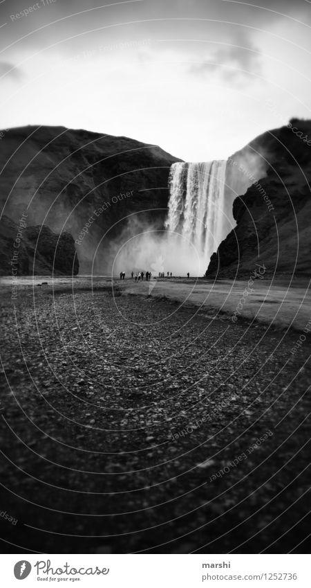 Skógafoss Natur Landschaft Sommer Herbst Wasserfall Stimmung Berge u. Gebirge Stein Island Reisefotografie Ferne gewaltig Wassermassen Schwarzweißfoto
