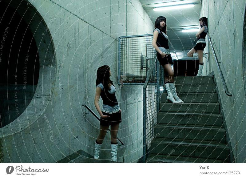 dreierlei Frau grün schön Einsamkeit ruhig Wand Denken Beine Lampe Arme warten Beton Treppe 3 frisch Kreis