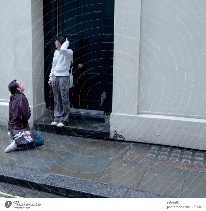 kniefall Mensch Freude Liebe Straße kalt Gefühle Traurigkeit Paar Regen Angst nass Trauer Schmerz Konflikt & Streit Verzweiflung feucht