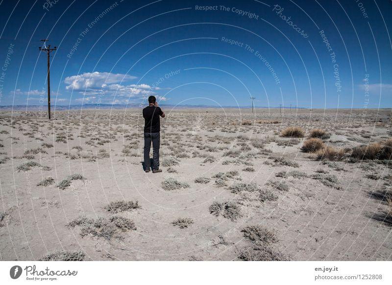 übersichtlich Mensch Himmel Natur Ferien & Urlaub & Reisen Mann Sommer Landschaft Ferne Erwachsene Umwelt Freiheit Sand Horizont stehen Sträucher Abenteuer