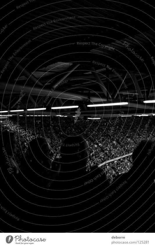 Versteckte Aufnahme von Rugby-Fans in einem Stadion. Ventilator Großbritannien Italien Wales Publikum Schwarzweißfoto Menschengruppe Sport Spielen Ball Cardiff