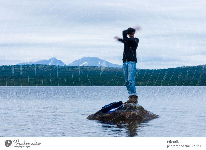 ausgesetzt Außenaufnahme Abenteuer Insel Wellen Berge u. Gebirge Mann Erwachsene Arme Hand Natur Wasser Himmel Wolken Felsen See Jeanshose Pullover bedrohlich