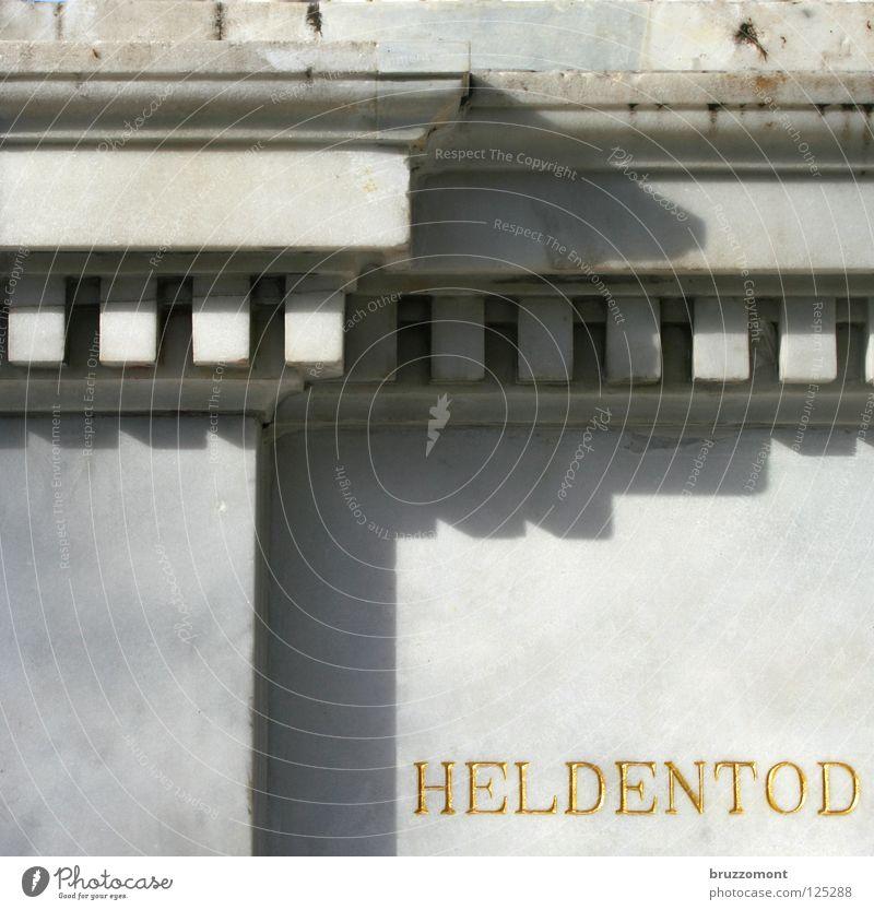 Helm auf zum Denkmal Grabstein Mauer ruhig Krieg Licht Würde Ehre Aufschrift Wahrzeichen Tod Opfer Ehrentod gold Marmor Stein Frieden Schatten Heldentod
