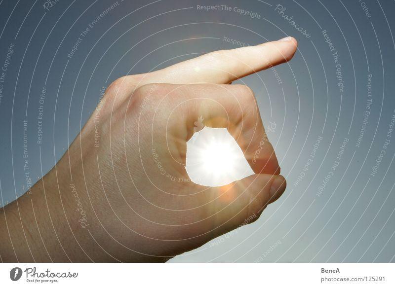 Sonne Himmel blau Hand Sonne Sommer gelb Stern Finger Stern (Symbol) Kreis Schönes Wetter Mitte Konzentration Strahlung blenden Blauer Himmel