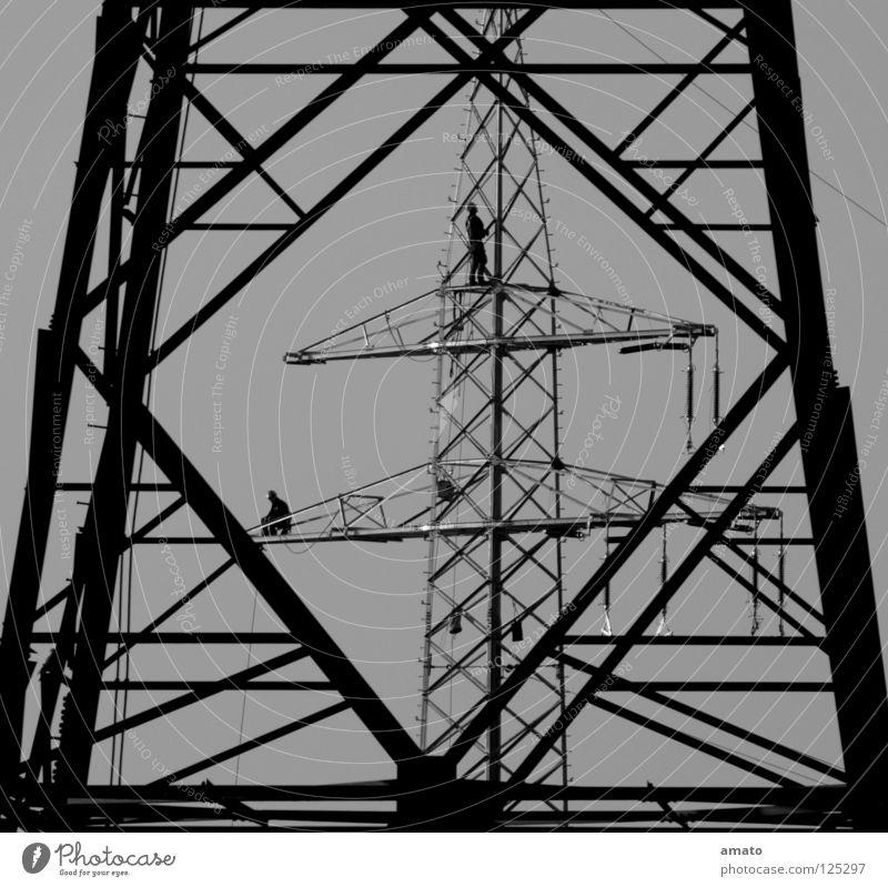 Stromer Elektrizität Strommast Arbeiter Draht Versorgung Reparatur gefährlich Teamwork Verlässlichkeit Durchblick Handwerk Niveau Seil Leiter Absicherung