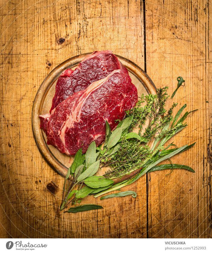 Roastbeef mit Kräutern auf rustikalem Holztisch Gesunde Ernährung Stil Lebensmittel Design Kochen & Garen & Backen retro Kräuter & Gewürze Küche Bioprodukte