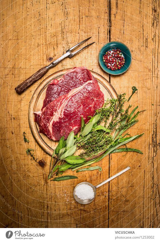Rindersteak mit Kräuter auf rustikalem Holztisch Lebensmittel Fleisch Kräuter & Gewürze Ernährung Abendessen Bioprodukte Diät Schalen & Schüsseln Gabel Löffel
