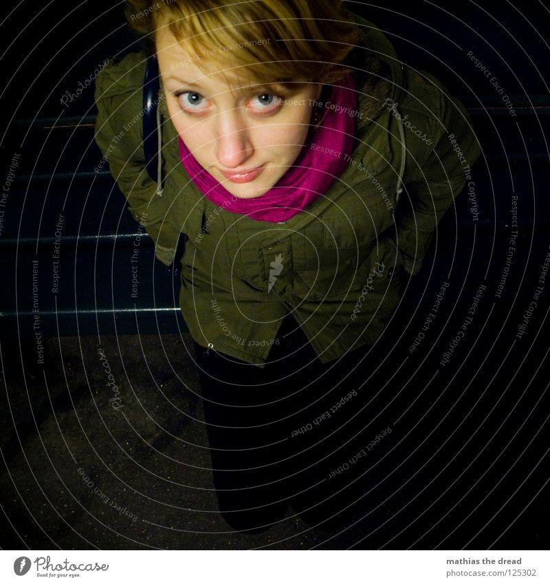 Vogelperspektive Frau grün blau Einsamkeit Gesicht Auge dunkel kalt feminin Kopf Holz Haare & Frisuren Beine Mund rosa warten