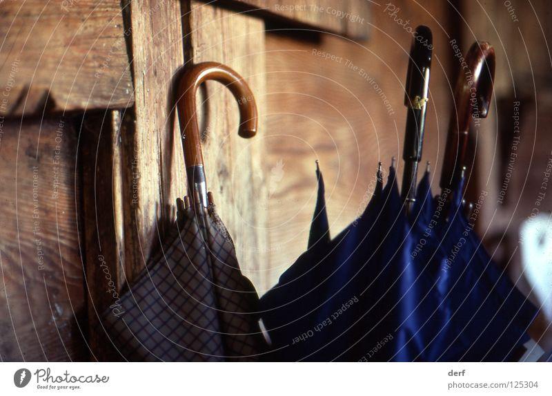 Schirme Stillleben Schweiz Flur Regenschirm Armani blau Holzgriff altes Holz altes Bauernhaus Ruhe nach dem Sturm