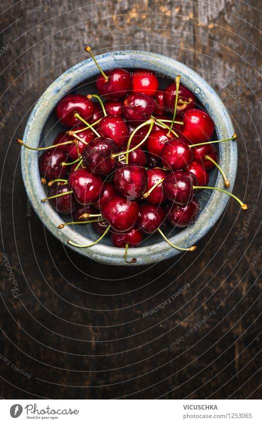 Süße Kirschen in blauer Schüssel auf dunklem Holztisch Natur schön Sommer Gesunde Ernährung rot gelb Leben Stil Hintergrundbild Garten Lebensmittel Design
