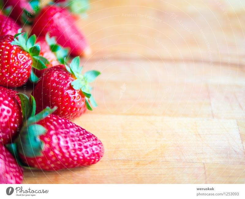 Erdbeeren auf einem hölzernen Brett mit leerem Raum Frucht Ernährung Sommer Dekoration & Verzierung frisch Gesundheit lecker natürlich saftig süß braun grün rot