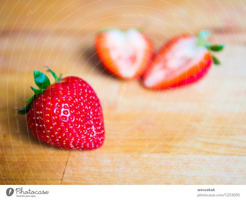Erdbeere auf einem Holzbrett Frucht Ernährung Bioprodukte Vegetarische Ernährung Gesunde Ernährung Sommer frisch Gesundheit saftig süß grün rot Hintergrund