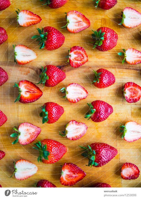 Angeordnetes Muster von Erdbeeren auf einem hölzernen Brett Frucht Ernährung Bioprodukte Design Sommer Dekoration & Verzierung frisch Gesundheit saftig süß grün