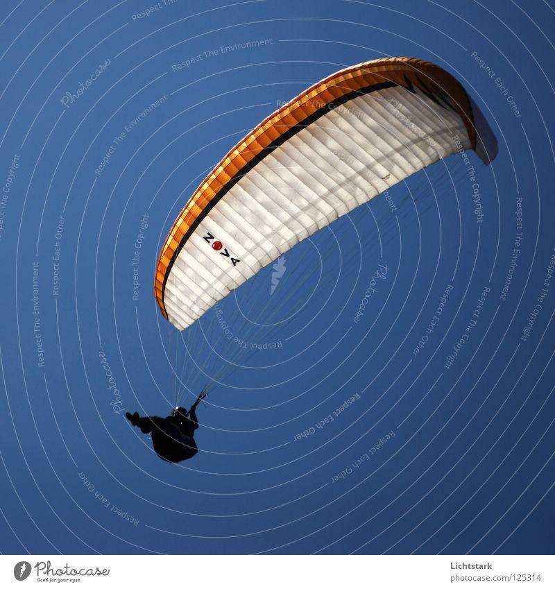 höher noch höher Himmel blau rot Farbe Freiheit Wärme Luft Zufriedenheit Wind Beginn Luftverkehr Tourismus Freizeit & Hobby Alpen Österreich Gleitschirmfliegen