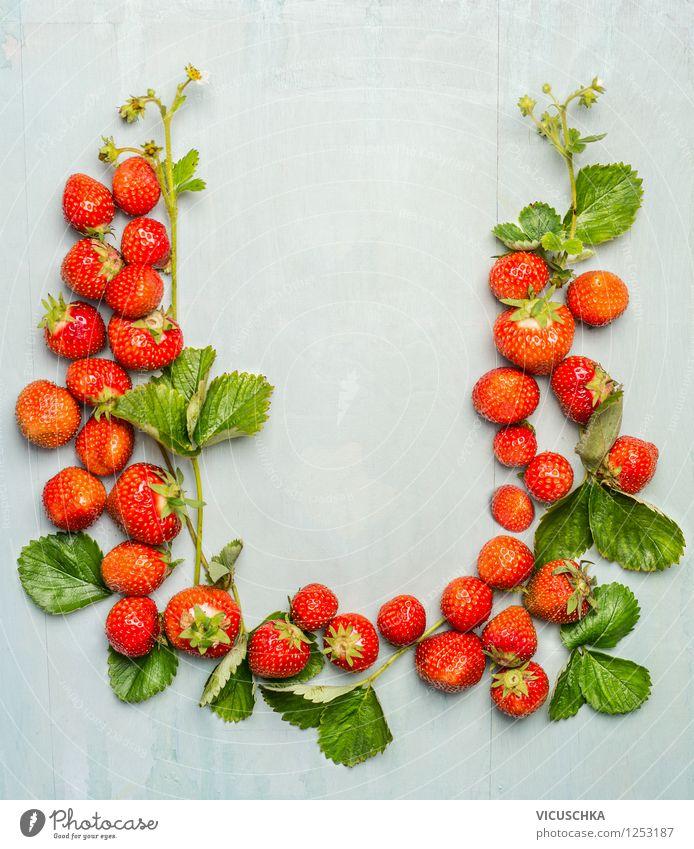 Erdbeeren mit Blüten und Blättern , Rahmen Natur Sommer Blatt Gesunde Ernährung Leben Stil Hintergrundbild Garten Lebensmittel Frucht Design Tisch Bioprodukte