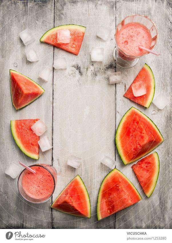 Wassermelone Saft mit Eiswürfel auf dem Holztisch Gesunde Ernährung kalt Wärme Leben Stil Hintergrundbild Holz Lebensmittel Frucht Design Glas Ernährung Tisch Getränk Bioprodukte Diät