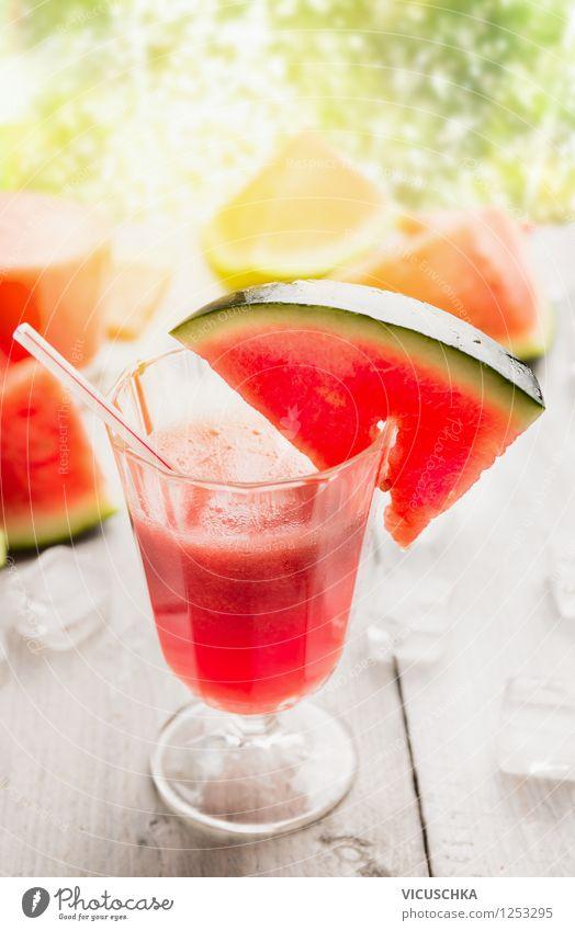 Wassermelonensaft auf dem Gartentisch Natur Sommer Sonne Gesunde Ernährung kalt Frühling Stil Hintergrundbild Lebensmittel Frucht Design Glas Getränk