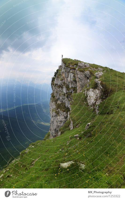 keinen Schritt weiter Mensch Himmel Natur Ferien & Urlaub & Reisen blau grün Sommer Landschaft Wolken Ferne Berge u. Gebirge Frühling Felsen Horizont Erde