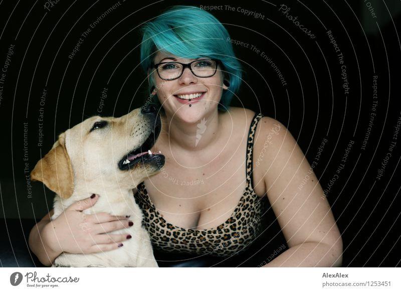 hör' ma! schön Junge Frau Jugendliche Haare & Frisuren Gesicht Dekolleté 18-30 Jahre Erwachsene Top Leoprint Brille türkis Hund Labrador Kommunizieren Lächeln