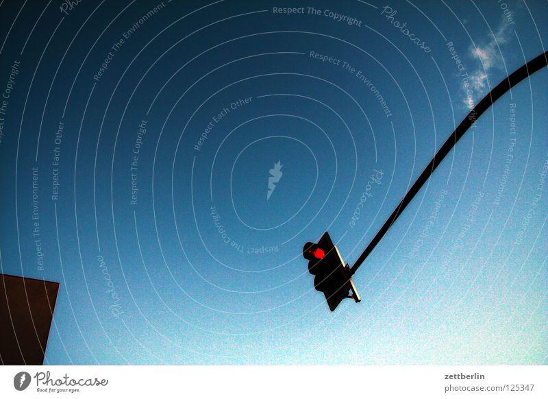 Haus, Ampel, Wolke, Himmel Dach Straßenverkehr Verkehrsregel rot stoppen Halt Verbote Wolken Cirrus himmelblau Detailaufnahme Ecke verkehrslenkung