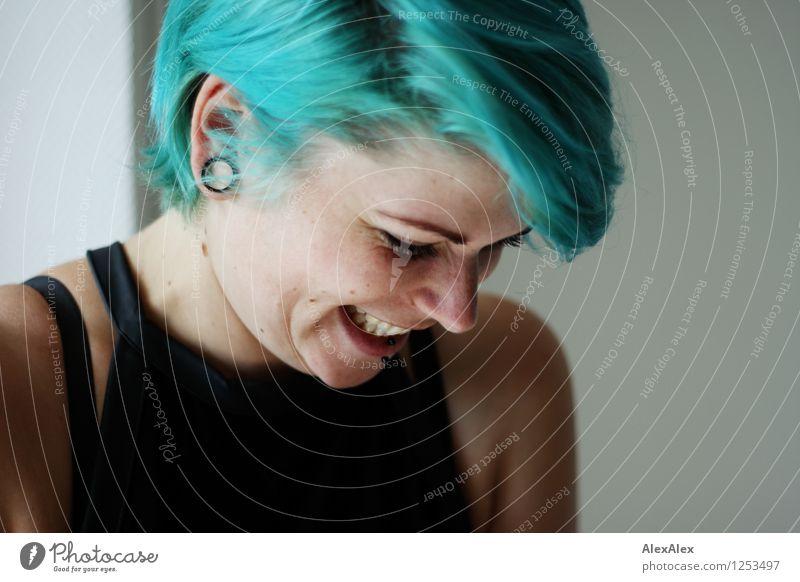 Lachen ist gesund Junge Frau Jugendliche Haare & Frisuren Gesicht 18-30 Jahre Erwachsene Schmuck türkis Punk Lächeln lachen ästhetisch Coolness authentisch